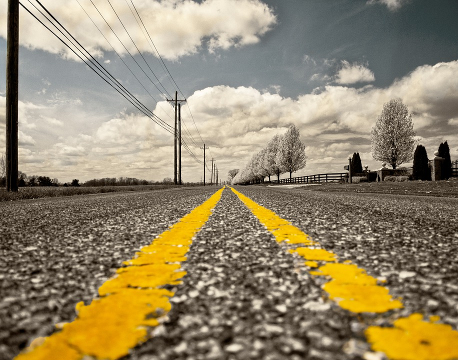 Weg mit gelben Streifen