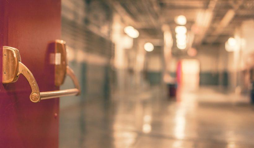 Krankenhaustür öffnet sich in einen Raum im Krankenhaus