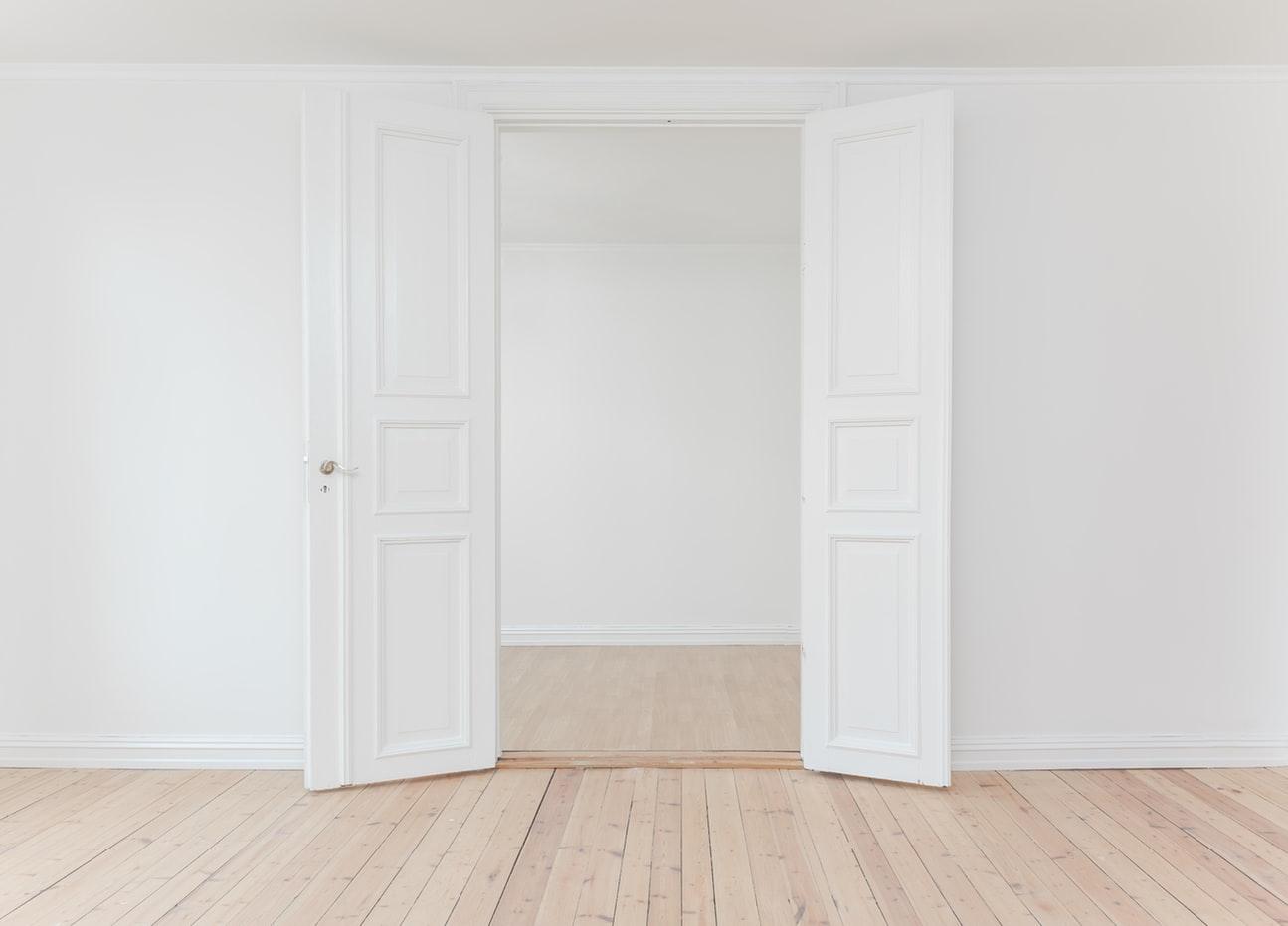 Wohnumfeldverbessernde Maßnahme, hier Tür mit Schwelle